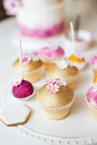 small cakes and favours